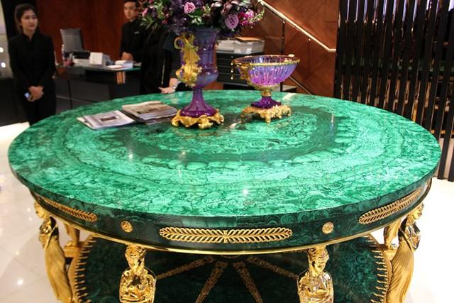 Chiếc bàn thứ hai bằng đá màu xanh ngọc.
