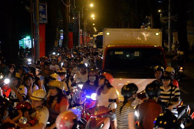Xe cộ kẹt cứng kéo dài trên đường Trần Quốc Thảo - Ảnh: Hữu Khoa