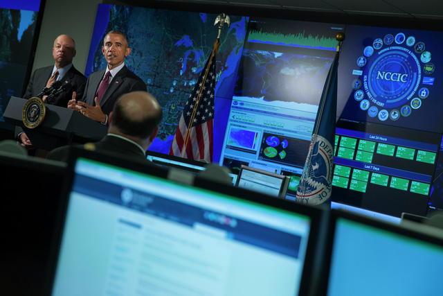 Bộ trưởng An ninh nội địa Mỹ Jeh Johnson (trái) và Tổng thống Obama tại Trung tâm an ninh mạng và truyền thông tích hợp quốc gia Mỹ ở Arlington, bang Virginia hôm 13/1/2015.