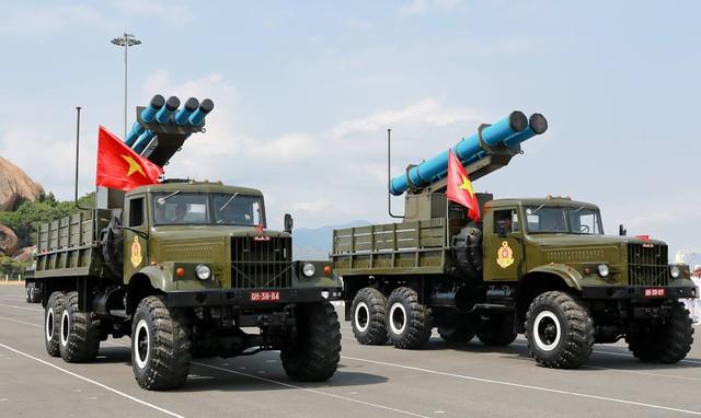 Đạn pháo phản lực dẫn đường EXTRA và Accular xuất hiện trong Lễ duyệt binh Hải quân. Ảnh: Quân đội nhân dân