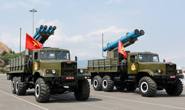 Đạn pháo phản lực dẫn đường ACCULAR (4 ống nhỏ) bên cạnh đạn pháo phản lực dẫn đường EXTRA (2 ống lớn). Ảnh: Quân đội nhân dân.