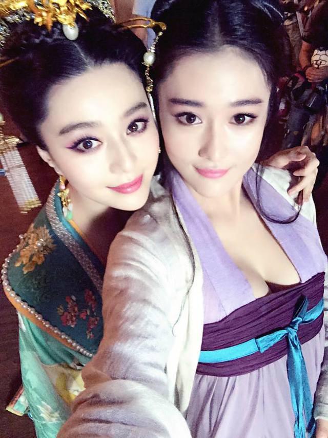 Nhan sắc xinh đẹp của cặp chị em phía sau ống kính.