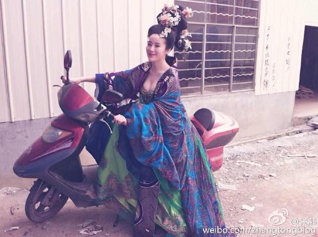 Âm Đức Nương nương tạo dáng bên chiếc xe máy khiến fan hâm mộ nói đùa rằng cô đang xuyên không.