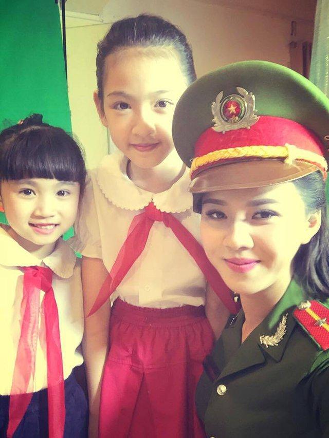 Hương Giang cùng các em nhỏ bên ngoài hậu trường chương trình