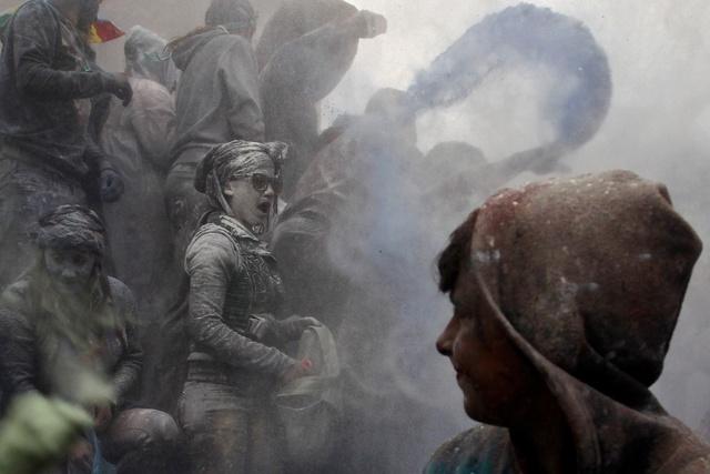 Mọi người tái hiện cuộc chiến bột mì ở thành phố Galaxidi, Hy Lạp.
