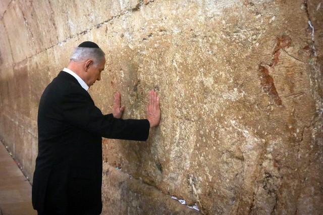 Thủ tướng Israel Benjamin Netanyahu chạm vào Bức tường phía Tây – nơi cầu nguyện linh thiêng nhất của Do Thái giáo trong một chuyến viếng thăm Jerusalem.