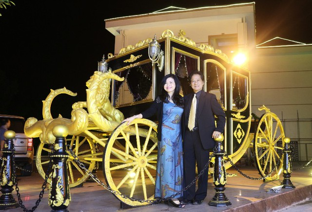 Gắn bó với nhau hơn 40 rồi mà vợ chồng Chế Linh vẫn luôn quấn quýt, tình cảm