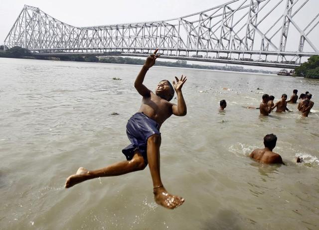 Cậu bé nhảy xuống tắm ở sông Hằng tại thành phố Kolkata, Ấn Độ.