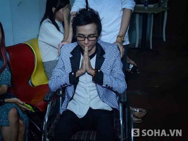 Không thể đứng lên thăm thương khấn Tổ như đồng nghiệp, Thái Lan Viên ngồi trên xe lăn và tự cầu nguyện.