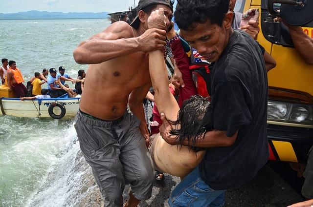 Thi thể một hành khách được đưa lên bờ sau vụ lật phà chở 189 người ở Philippines. Chiếc phà bị lật chỉ sau vài phút rời bến cảng khiến hơn 30 người chết và hàng chục người mất tích.