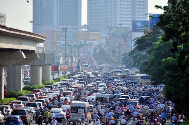 Điểm ùn tắc hướng từ đường Nguyễn Trãi lên cầu vượt Ngã Tư Sở sáng 14.9. Dòng phương tiện nhích từng chút một để qua cầu.