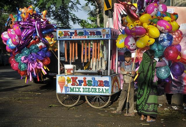 Những người bán bóng bay và kem dạo bên ngoài đền thời Hồi giáo ở Bengaluru, Ấn Độ.