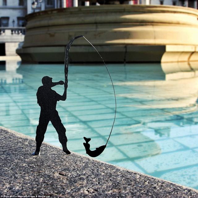 Tại đài phun nước ở quảng trường Trafalgar Square, hình cắt người câu cá làm cho người ta tưởng hồ nước này phải sâu lắm.