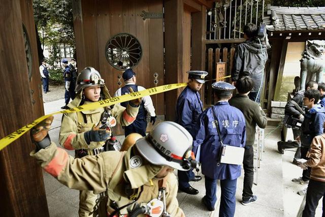 Cảnh sát và lính cứu hỏa tập trung tại hiện trường vụ đánh bom trong ngôi đền Yasukun ở, Tokyo, Nhật Bản.