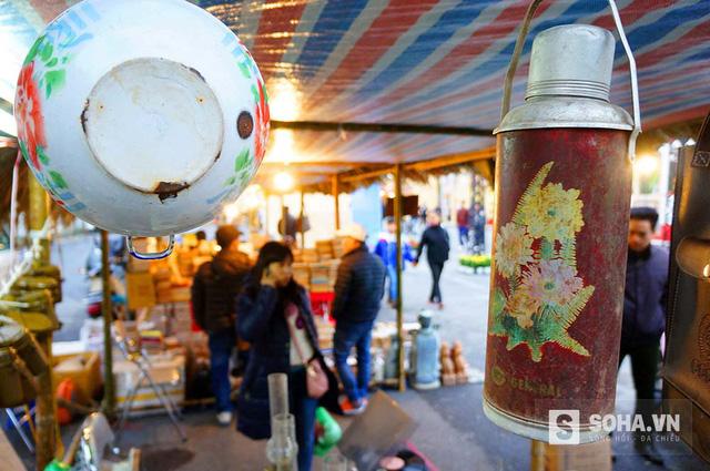 Cà mèn, phích nước, đèn bão… những vật dụng gắn liền với cuộc sống của người dân Hà Nội thời bao cấp.