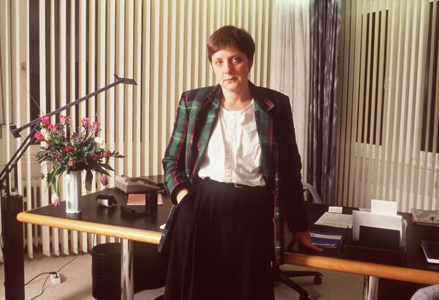 Nữ chính trị gia Angela Merkel trong văn phòng ở Bonn, Đức năm 1991