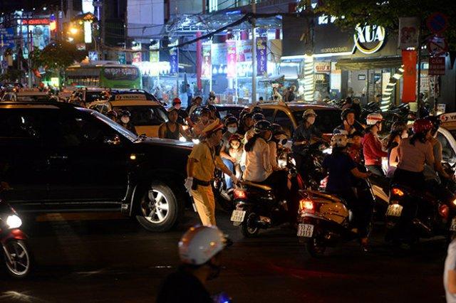 Cảnh sát giao thông vất vả điều tiết giao thông - Ảnh: Hữu Khoa