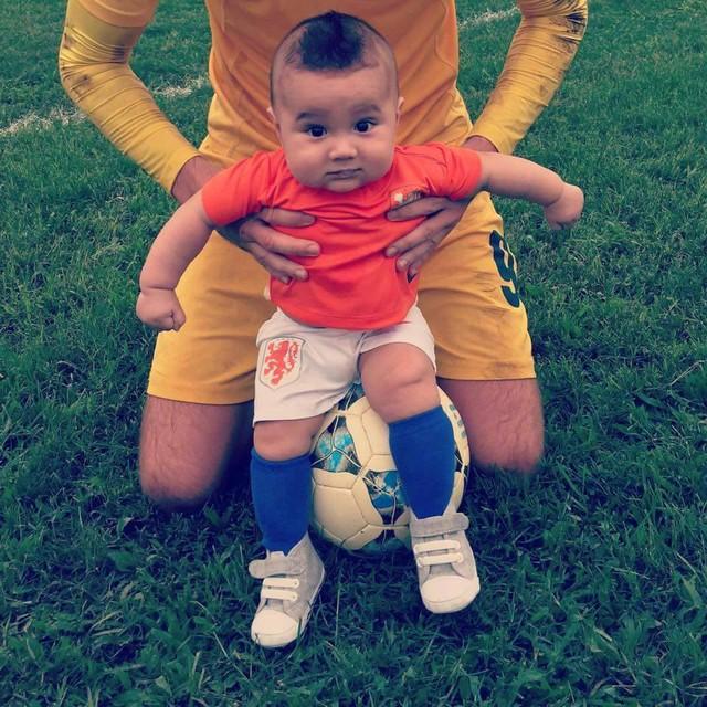Cậu bé trông chuyên nghiệp không kém các cầu thủ với bộ quần áo ĐT Hà Lan.