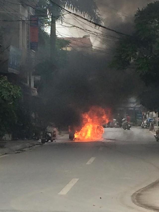 Chiếc xe ô tô bị cháy từ phía sau