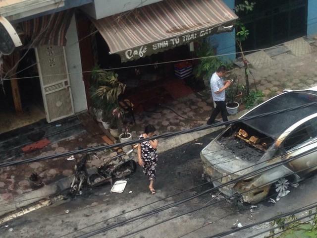 Chiếc xe máy Lead bên cạnh cũng bị ngọn lửa bén sang thiêu cháy rụi.