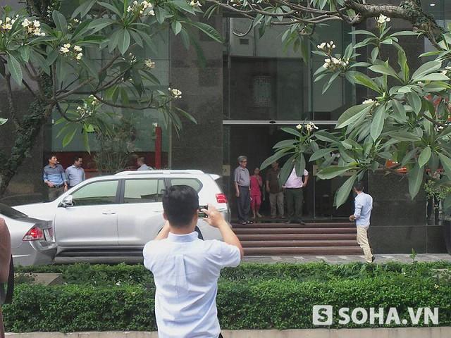 Vào lúc 15h45 sau khi tiến hành khám xét tại nhà riêng, cơ quan an ninh đã áp giải ông Hoa về trụ sở. Ảnh: T.Long - T. Chung