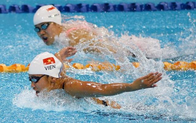 Nguyễn Thị Ánh Viên tỏ rõ sự vượt trội trên đường đua xanh. Cô gái 18 tuổi khiến đối thủ đến từ Singapore luôn để ý ánh mắt dè chừng trên mỗi chặng bơi. Đây là hình ảnh tỏ rõ sự nể phục của đối thủ đối với kình ngư trẻ này.