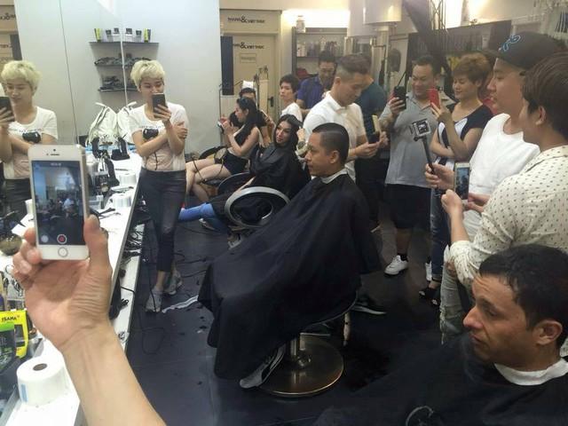 Tuấn Hưng trong cửa hiệu cắt tóc