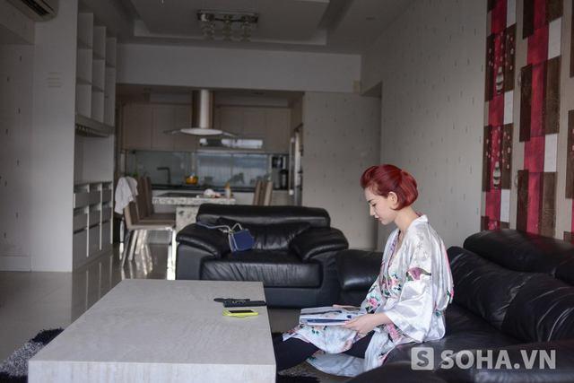Mỗi ngày sau khi thức giấc, Quỳnh Chi lại ngồi ở phòng khách để đọc các loại tạp chí thời trang phục vụ cho công việc.