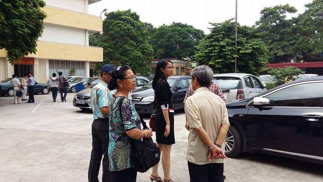 Người nhà nạn nhân Huyền rời phiên tòa.