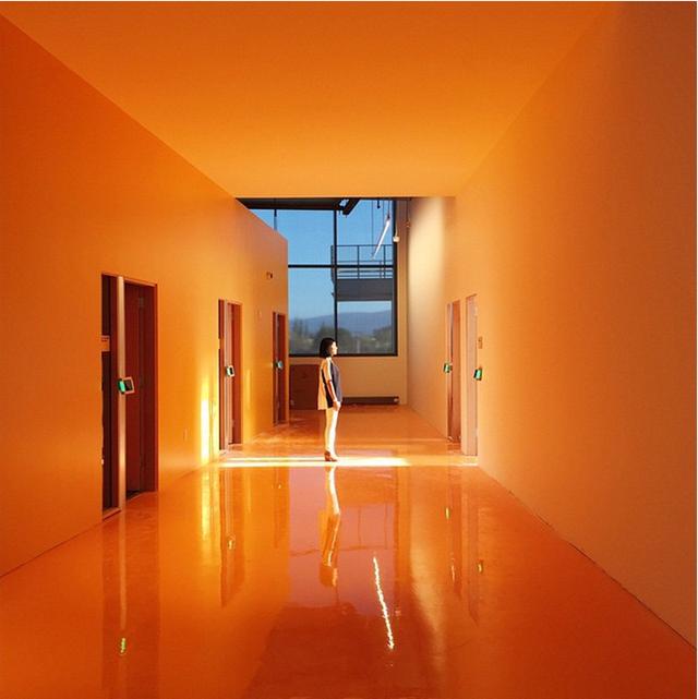 Do căn phòng chính quá lớn, phòng họp được ngăn cách bằng cách bức tường kính ở trung tâm.