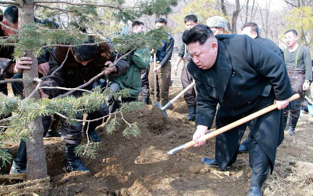 Nhà lãnh đạo Triều Tiên Kim Jong-un trồng cây tại một sự kiến khuyến khích trồng rừng ở Bình Nhưỡng.