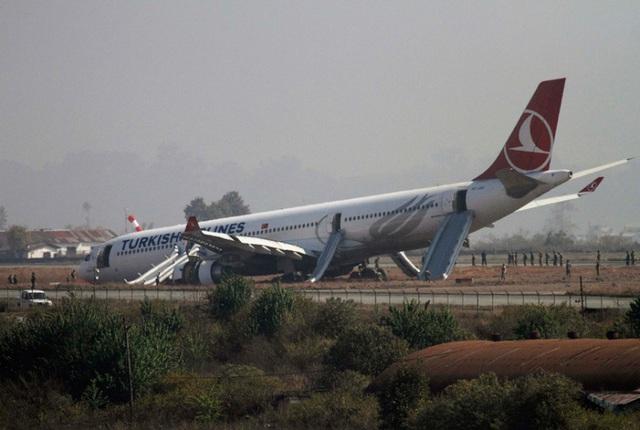Máy bay của hãng hàng không Turkish Airlines nằm trên đồng cỏ sau khi hạ cánh trượt khỏi đường băng tại sân bay quốc tế Tribhuvan ở Kathmandu, Nepal.