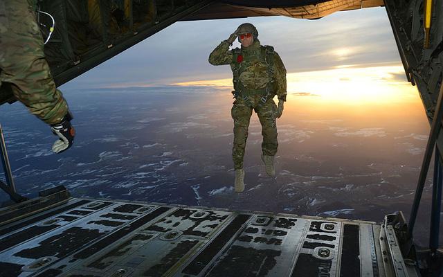 Lính Mỹ nhảy dù khỏi chiếc máy bay vận tải quân sự C-130 Hercules trong một cuộc diễn tập ở Đức.