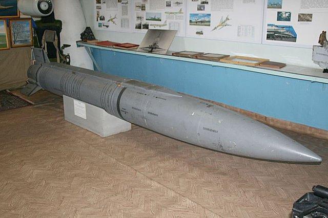 Tu-22M3 có thể mang 6 tên lửa trên một máy phóng quay MKU-6-1 đặt trong khoang chứa bom, cộng với 4 tên lửa trên 2 mẫu treo dưới cánh, tổng cộng có 10 tên lửa trên một máy bay.