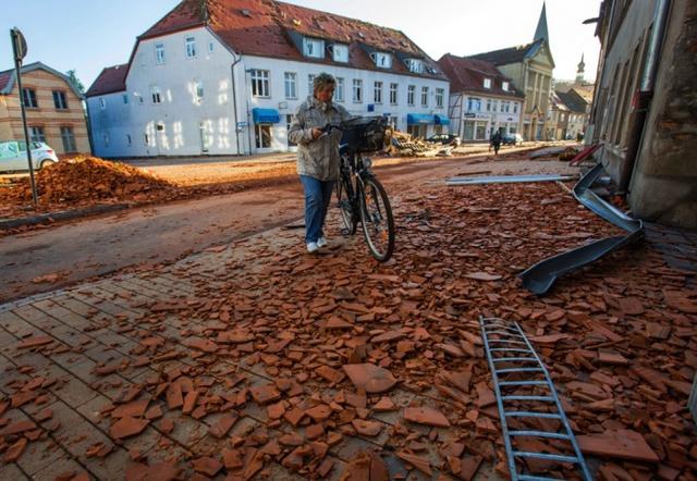 Gạch ngói và những mảnh vỡ rơi đầy trên đường phố sau một trận lốc xoáy ở Butzow, Đức.