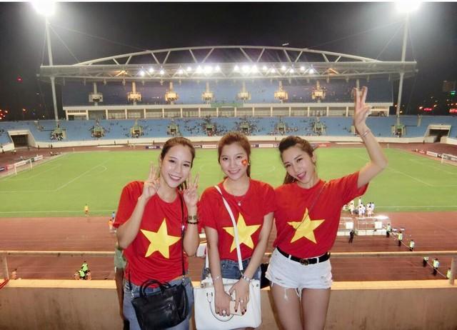 Emily, Hạnh Sino, Trà My (từ phải sang trái) tới Mỹ Đình cổ vũ bóng đá