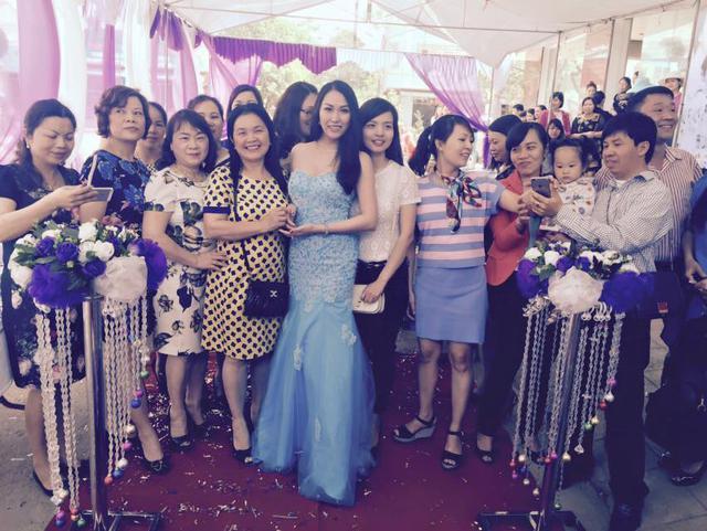 Việc mặc những bộ trang phục có sắc màu nhã nhặn và kiểu dáng sexy vừa phải cũng giúp Phi Thanh Vân ghi điểm.