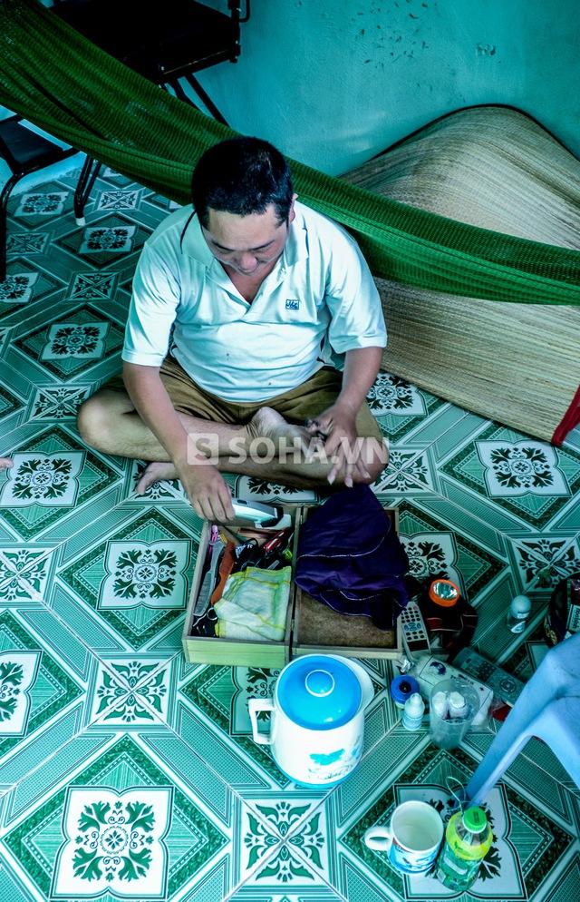 Ngoài ra, bộ đồ nghề cắt tóc được anh mua ở trên Sài Gòn là thứ anh cật giữ riêng trong một chiếc hộp nhỏ.