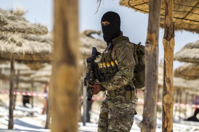 Lính đặc nhiệm Tunisia tuần tra trên bãi biển trước khu nghỉ dưỡng Marhaba nơi xay ra một vụ tấn công khủng bố vào tuần trước.