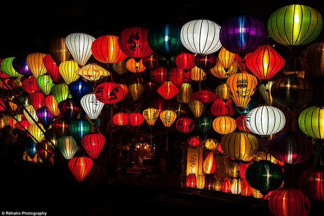 Đèn lồng đủ màu sắc vào buổi tối ở Hội An.