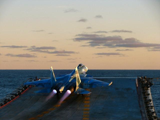 Tiêm kích hạm Su-33 cất cánh trên tàu sân bay Kuztnetsov vào ngày kỷ niệm thành lập Hải quân Nga.