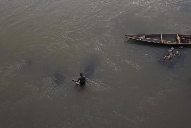 Ngư dân đánh cá trên sông Niger ở Bamako, Mali.