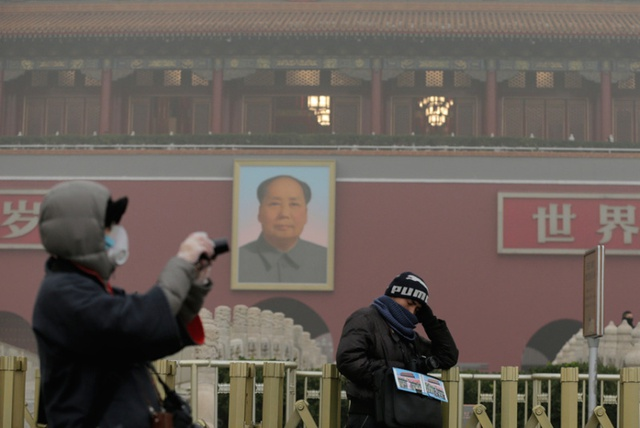 Du khách bịt khẩu trang chụp ảnh tại Quảng trường Thiên An Môn.