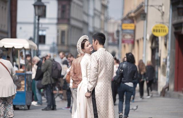 Cặp đôi này không ngại đường xá xa xôi mà đưa cả 1 ê kíp chuyên nghiệp đi cùng để có được bộ hình đáng nhớ của cuộc đời.