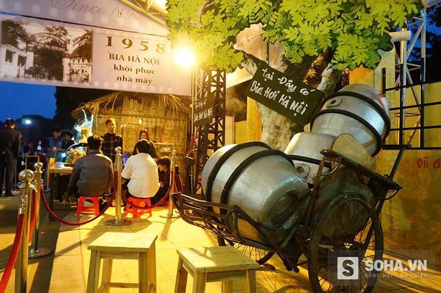 Đặc biệt, du khách sẽ được tìm lại ký ức về bia mậu dịch thời bao cấp qua không gian ẩm thực bên trong Hoàng thành.
