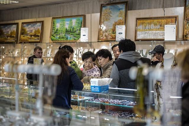 Du khách Trung Quốc chọn mua hổ phách trong cửa hàng tại Moscow.