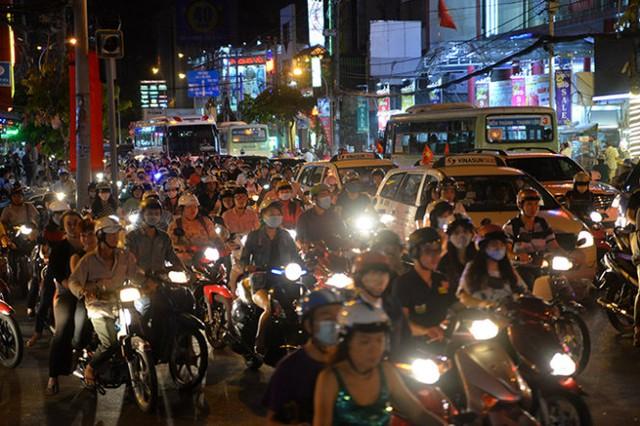 Xe cộ kẹt cứng trên đường Cachs Mạng Tháng Tám  - Ảnh: Hữu Khoa