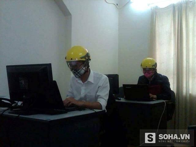 Một vài người làm việc tại tòa nhà này phải đội mũ bảo hiểm...