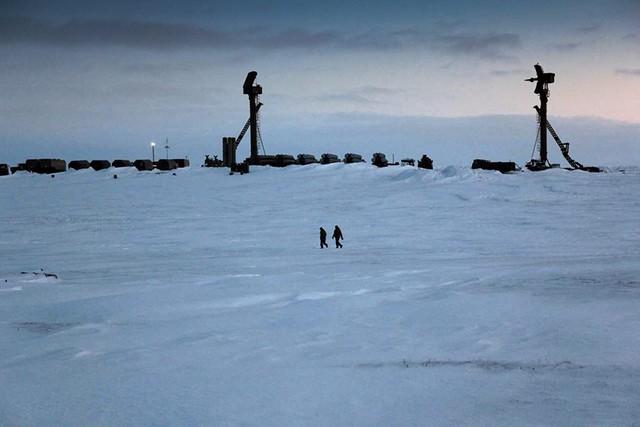 Hệ thống S-300 mà Nga triển khai ở Bắc Cực là phiên bản S-300PM. Trong ảnh ta có thể thấy rõ hình ảnh 2 đài radar 30N6E và 5N66 đặt trên tháp radar 40V6M.