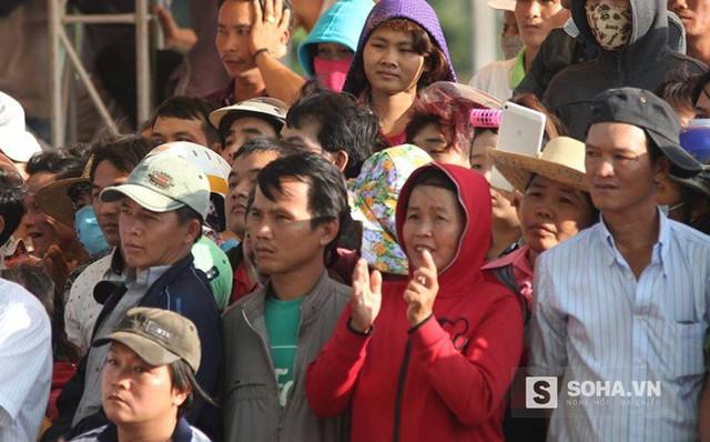 Một số người vỗ tay để thể hiện sự đồng tình khi bị cáo Dương và Tiến bị đề nghị tử hình
